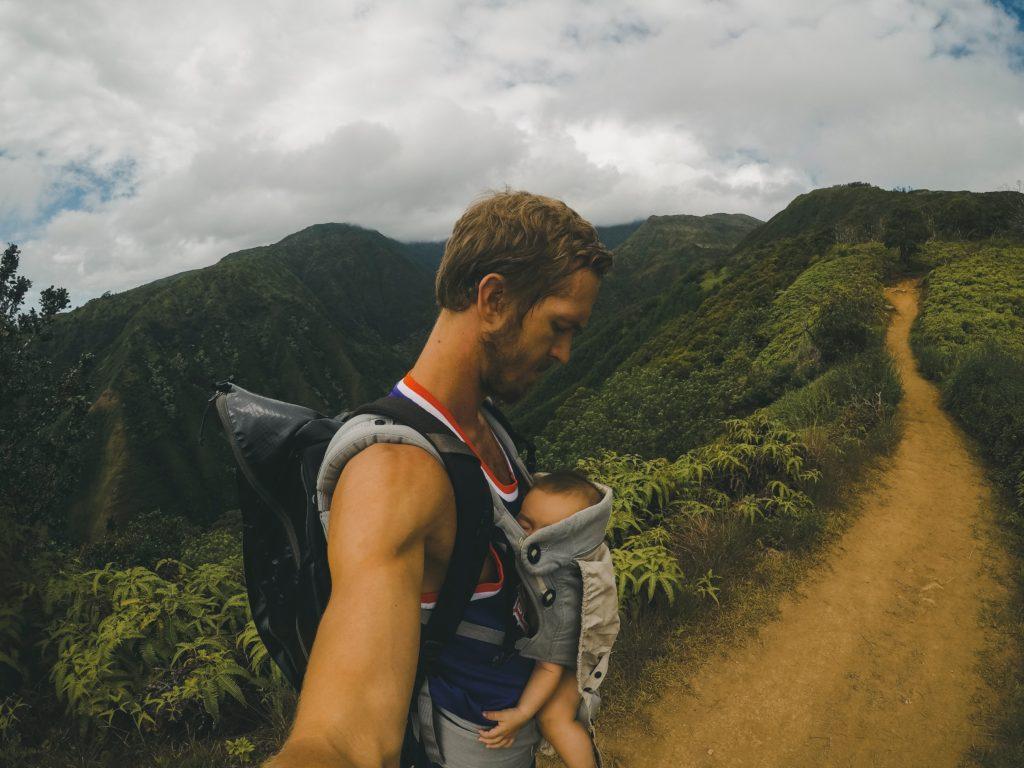 père randonnée montagne enfant sac