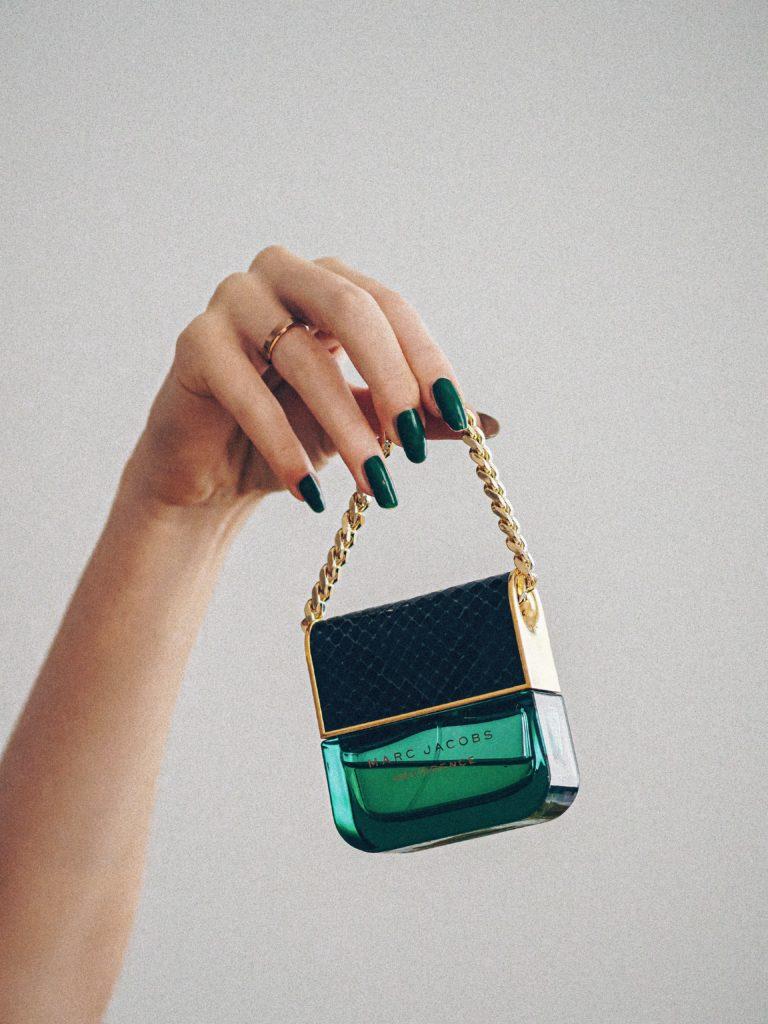 mini sac vert tenu par une main