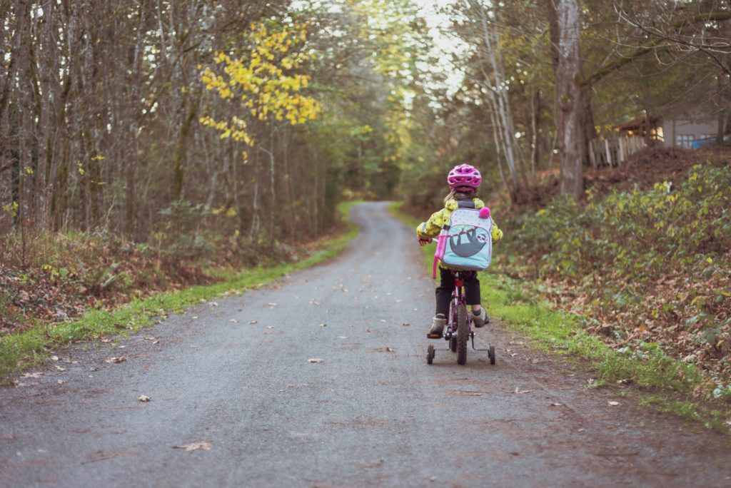 petite fille vélo sac foret