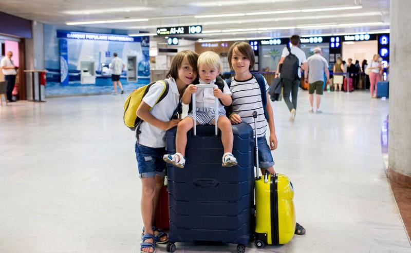 3 garçons prêt à partir en voyage