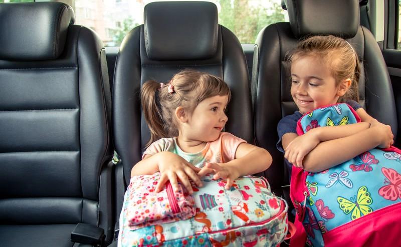 deux petits fille avec leurs sacs de voyage prête à partir en voyage