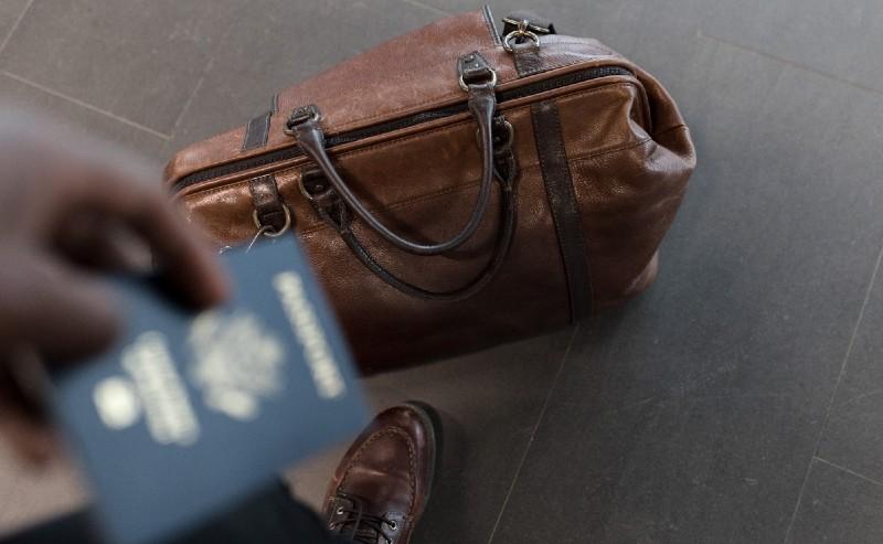 sac de voyage homme posé au sol